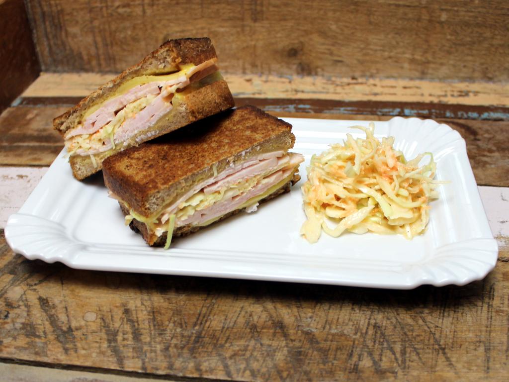 """Ein """"Rachels Sandwich"""". Die Schwester von Reuben mit geräucherter Putenbrust und Krautsalat."""