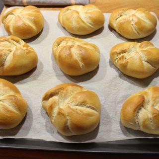Goldgelb gebackene Kaisersemmeln frisch aus dem Ofen